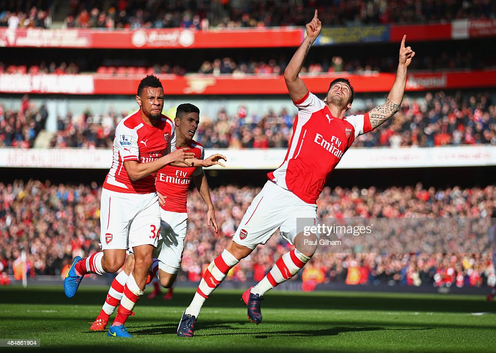 Olivier Giroud of Arsenal (R) celebrates as he scores their first goal during the Barclays Premier League match between Arsenal and Everton at Emirates Stadium on March 1, 2015 in London, England.