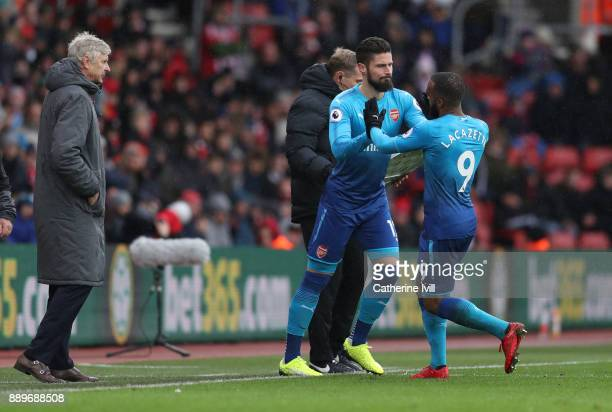 Olivier Giroud of Arsenal substitutes Alexandre Lacazette of Arsenal watched by Arsene Wenger manager / head coach of Arsenal during the Premier...