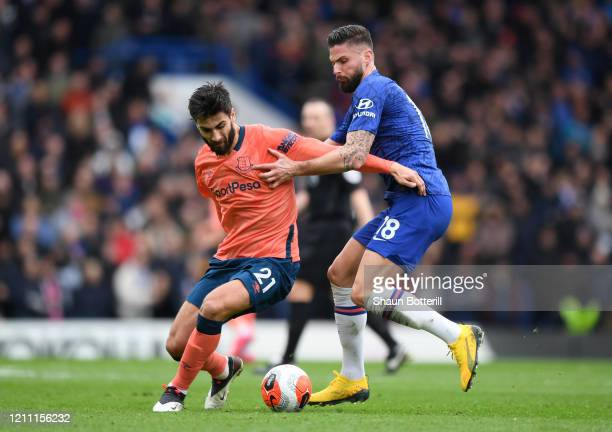 Olivier Giroud of Chelsea battles for possession with Andre Gomes of Everton during the Premier League match between Chelsea FC and Everton FC at...