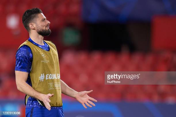 Olivier Giroud of Chelsea during the warm-up before the UEFA Champions League Quarter Final Second Leg match between Chelsea FC and FC Porto at...