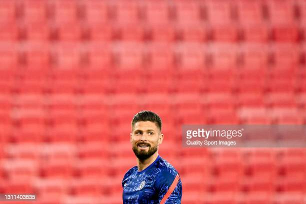 Olivier Giroud of Chelsea FC warms up prior to the UEFA Champions League Quarter Final match between FC Porto and Chelsea FC at Estadio Ramon Sanchez...