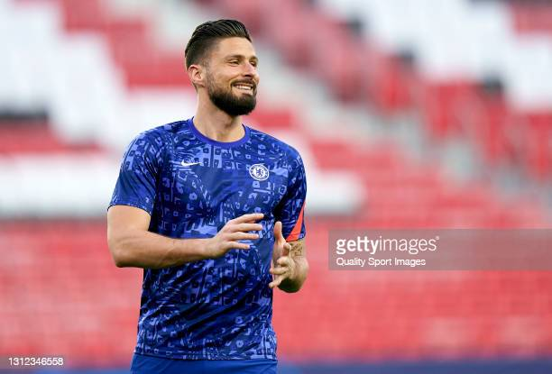 Olivier Giroud of Chelsea FC warms up prior to the UEFA Champions League Quarter Final Second Leg match between Chelsea FC and FC Porto at Estadio...