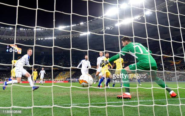 Olivier Giroud of Chelsea scores his team's first goal past Denis Boiko of Dynamo Kyiv during the UEFA Europa League Round of 16 Second Leg match...