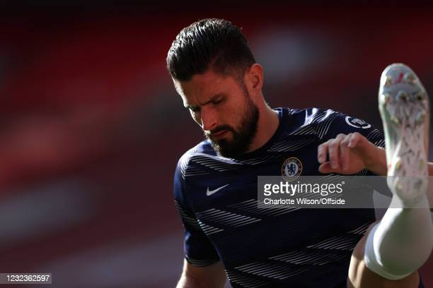 Olivier Giroud of Chelsea warms up before the Semi Final of the Emirates FA Cup match between Manchester City and Chelsea FC at Wembley Stadium on...
