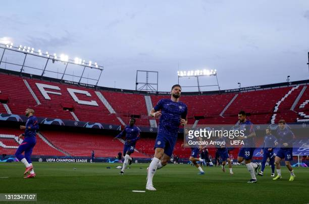 Olivier Giroud of Chelsea warms up with team mates prior to the UEFA Champions League Quarter Final Second Leg match between Chelsea FC and FC Porto...