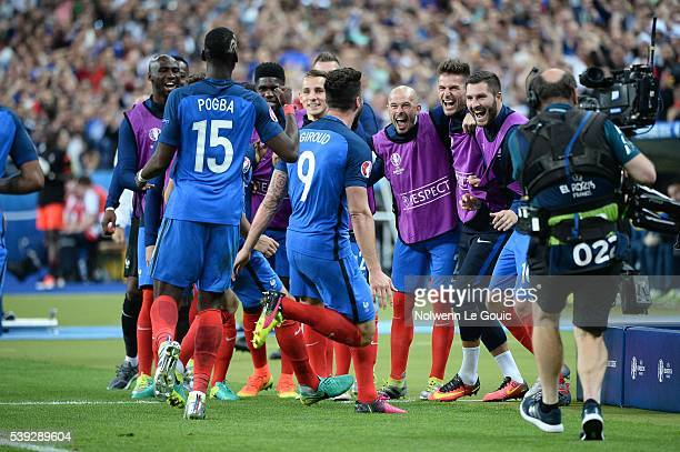 Olivier Giroud of France celebrates his goal with his team mates Christophe Jallet Benoit Costil and Andre Pierre Gignac during the GroupA...