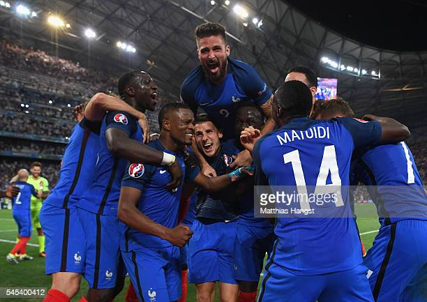 Olivier Giroud of France celebrates victory with teammates after the UEFA EURO semi final match between Germany and France at Stade Velodrome on July...