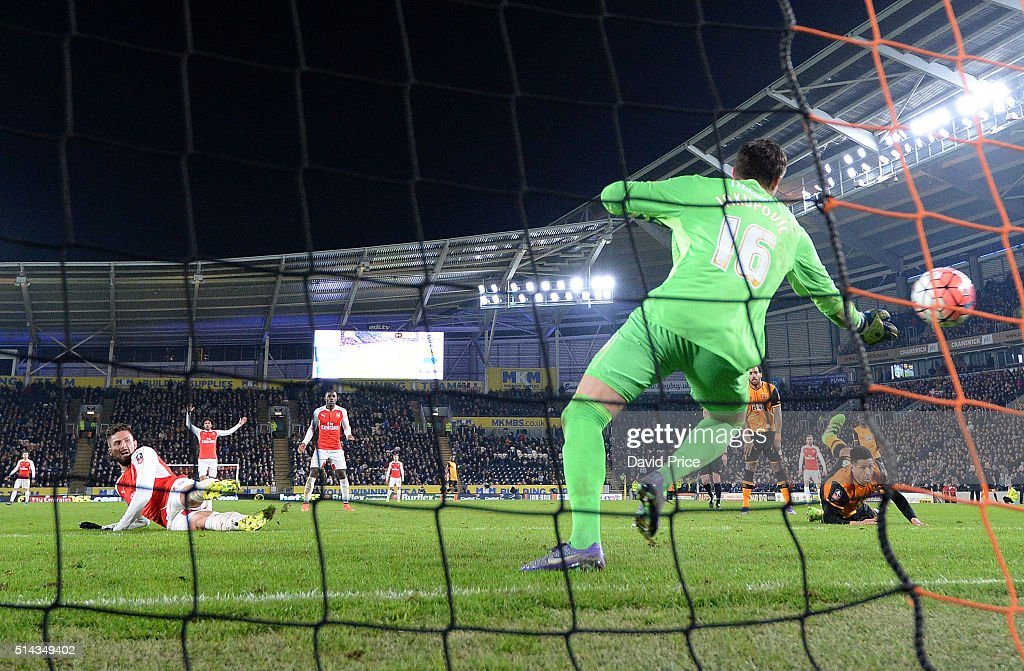 Olivier Giroud scores Arsenal's 2nd goal past Eldin Jakupovic of Hull during the match between Hull City and Arsenal in the FA Cup 5th round at KC Stadium on March 8, 2016 in Hull, England.
