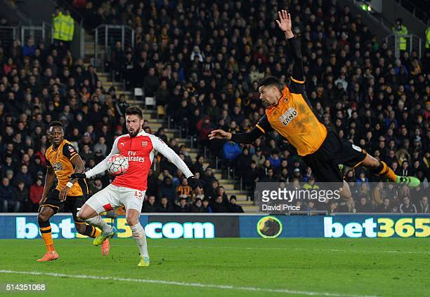 Olivier Giroud scores his and Arsenal's 2nd goal getting between Moses Odubajo and Curtis Davies of Hull during the match between Hull City and...