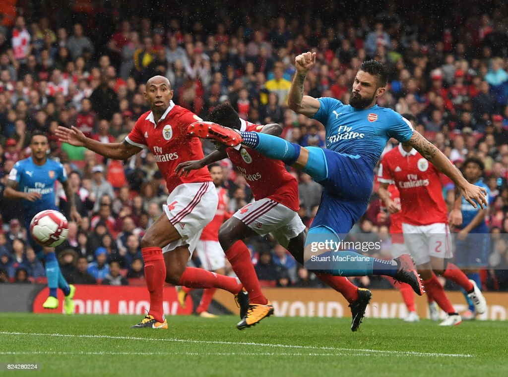 Olivier GIroud scores the 4th Arsenal goal during the Emirates Cup match between Arsenal and SL Benfica at Emirates Stadium on July 29, 2017 in London, England.