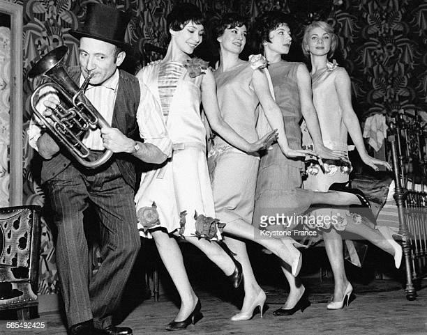 Olivier Hussenot avec 4 Girls dansant le Charleston au Théâtre de l'Alliance Française à Paris en France