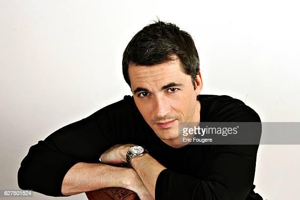 Olivier Minne on the set of television show 'Piques et Polémiques'