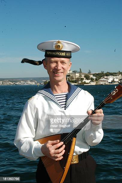 Oljeg Kadnaj Solist vom 'Marinechor der Schwarzmeerflotte' Porträt Sevastopol Ukraine ProdNr 1496/2006 Portrait Uniform Matrose Mütze Balalaika...
