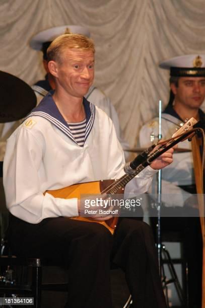 Oljeg Kadnaj sowie Tänzer Sänger und Musiker vom 'Marinechor der Schwarzmeerflotte' Sevastopol Ukraine ProdNr 1496/2006 Auftritt Bühne Balalaika...