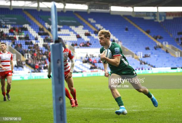 Ollie HassellCollins of London Irish scores the opening try during the Gallagher Premiership Rugby match between London Irish and Gloucester Rugby at...
