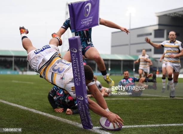 Ollie Lawrence of Worcester Warriors scores a try in the corner during the European Challenge Cup match between Worcester Warriors and Stade Francais...