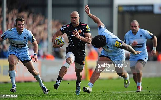 Olly Woodburn of Exeter Chiefs breaks clear of a tackle from Na'ama Leleimalefaga of Worcester Warriors to scores his sides try during the Aviva...