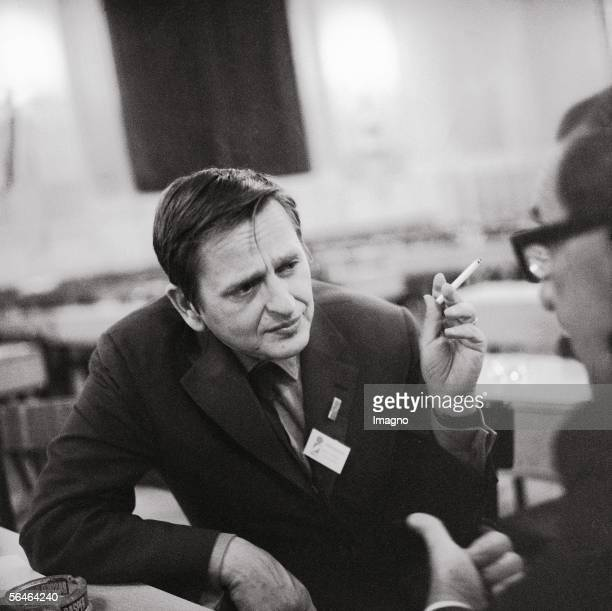 Olof Palme social democratic prime minister of Sweden Meeting of the International Socialists in Salzburg Photography 1971 [Schwedens...
