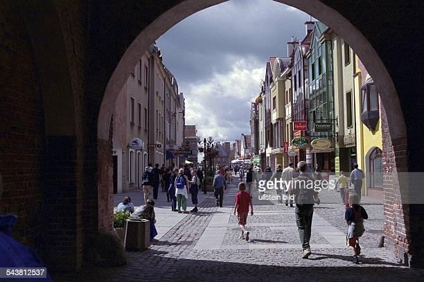 Olsztyn Polen Blick durch einen Torbogen auf eine Straße in der Altstadt