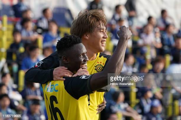 Olunga of Kashiwa Reysol celebrates scoring his team's second goal during the J.League J2 match between Kashiwa Reysol and Avispa Fukuoka at Sankyo...