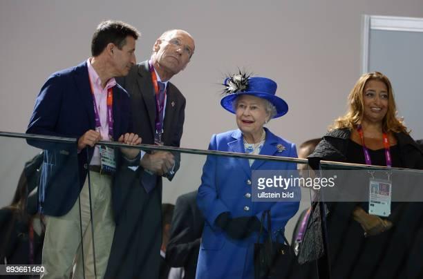Olympia 2012 London Aquatics Centre Lord Sebastian Coe John Harmitt Koenigin Elizabeth II und Architektin Zaha Hadid schauen sich die...