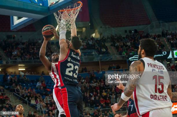 Olympiacos' American center Jamel Mclean vies with Baskonia's Georgian center Tornike Shengelia during the 2017/2018 Turkish Airlines EuroLeague...