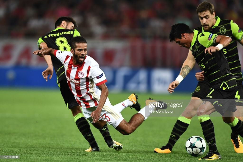 Olympiacos' Moroccan midfielder Mehdi Carcela-Gonzalez (L) and Sporting Lisbon's Argentinian defender Jonathan Silva (R) vie for the ball during the UEFA Champions League Group D football match between Olympiacos Piraeus FC and Sporting Lisbon on September 12, 2017 at the Karaiskaki stadium in Athens. /