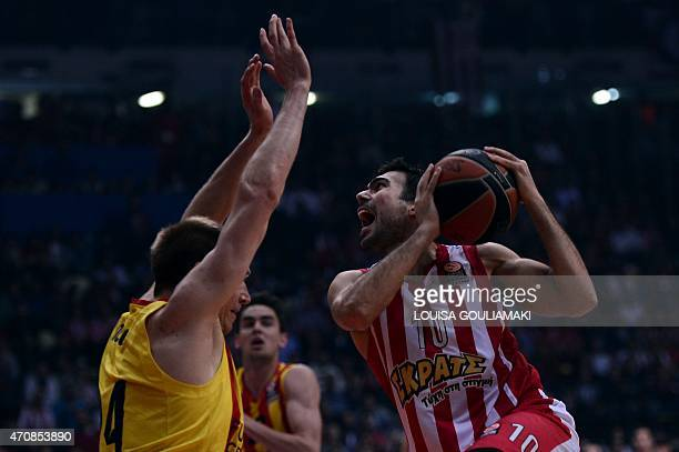Olympiacos Piraeus' guard Kostas Sloukas tries to score past Barcelona's US guard Brad Oleson during their play off Euroleague basketball match at...