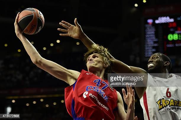 Olympiacos Piraeus' US forward Bryant Dunston vies with CSKA Moscow's forward Andrei Kirilenko during the Euroleague Final Four basketball semi-final...