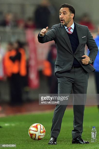 Olympiacos' Portugueses head coach Vitor Pereira shouts instructions during the UEFA Europa League Round of 32 football match Olympiacos vs Dnipro in...