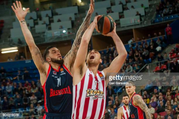 Olympiacos' Serbian center Nikola Milutinov vies with Baskonia's American guard Matt Janning during the 2017/2018 Turkish Airlines EuroLeague Regular...