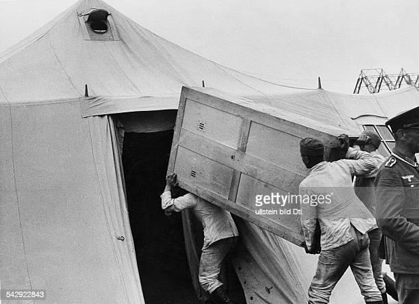 Olympiade 1936 in Berlin- internationales olympisches Zeltlager der Jugend auf dem Gelaende am Funkturm: Pioniere der Wehrmacht bei der Errichtung...