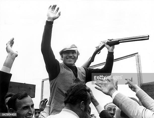 der Tontaubenschütze Konrad Wirnhier nach seinem Sieg wird von seinen Fans auf den Schultern getragen1972