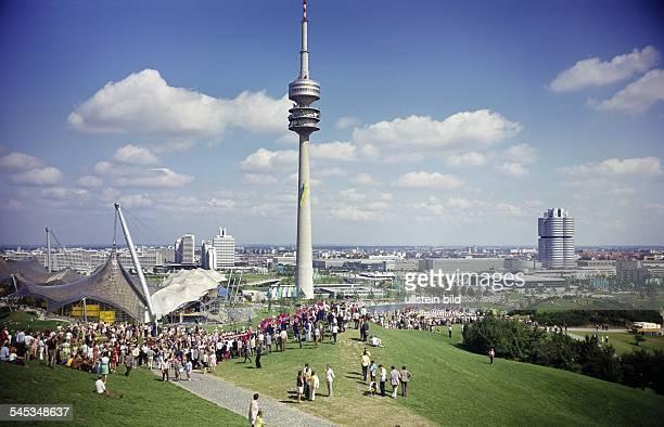 Olympiagelände auf dem Oberwiesenfeld Schwimmhalle Fernsehturm und BMWHochhaus hinten links das Olympische Dorf 1972