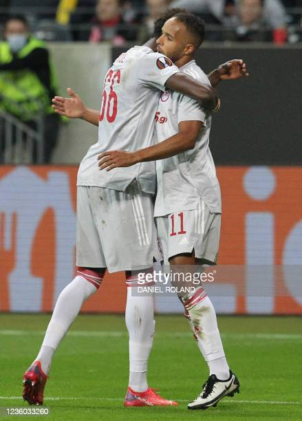 Olympiakos' Moroccan forward Youssef El-Arabi celebrates scoring the 1-1 from the penatly spot with his teammate Olympiakos' Senegalese defender...