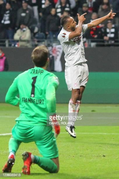 Olympiakos' Moroccan forward Youssef El-Arabi celebrates scoring the 1-1 from the penatly spot past Frankfurt's German goalkeeper Kevin Trapp during...