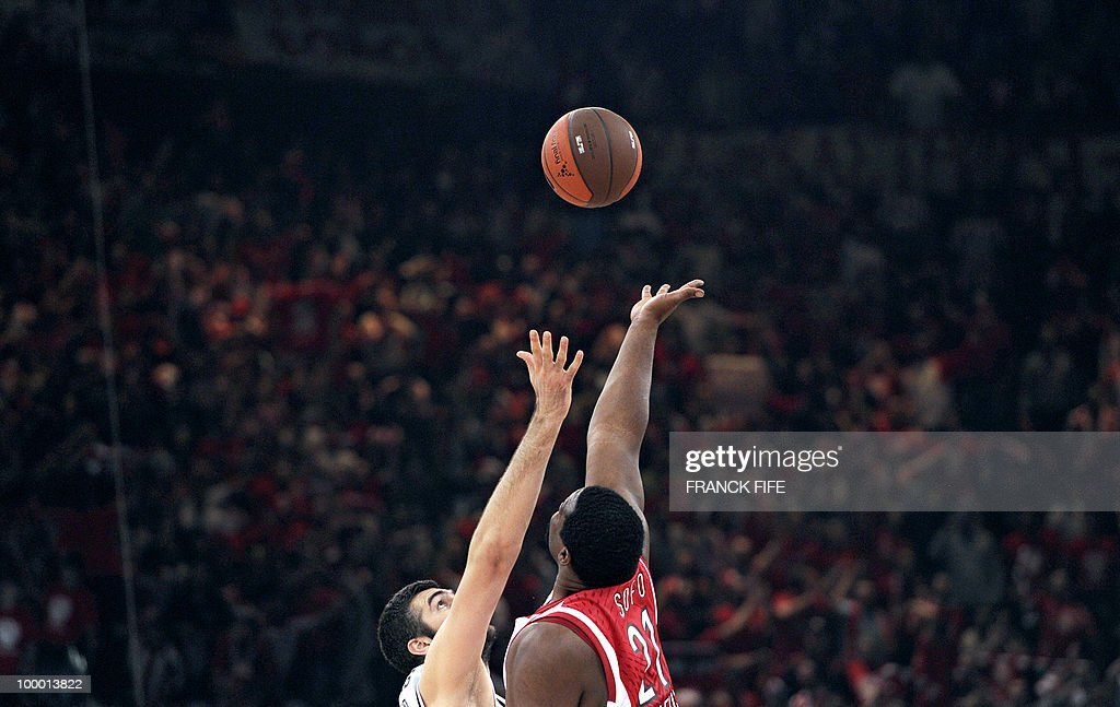Olympiakos' Sofoklis Schortsanitis(R) vies with Partizan Belgrade's Slavko Vranes during the Final Four semifinal of Euroleague basketball match between Partizan Belgrade and Olympiakos, on May 7, 2010 at the Bercy Palais Omnisport, in Paris. Olympiakos won 83-80.