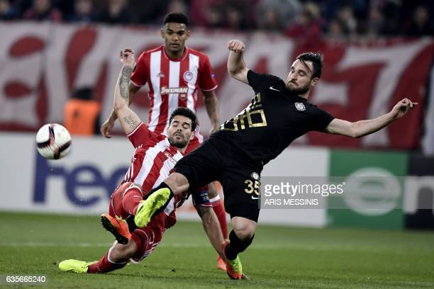 Olympiakos' Spanish defender Alberto Botia vies for the ball with Osmanlispor's Turkish midfielder Musa Cagiran during the UEFA Europa League round...