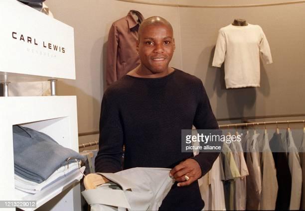 Olympiasieger und Weltrekordler Carl Lewis zeigt Stücke aus seiner Modekollektion auf der Internationalen HerrenModeWoche in Köln 2471998 Nicht etwa...