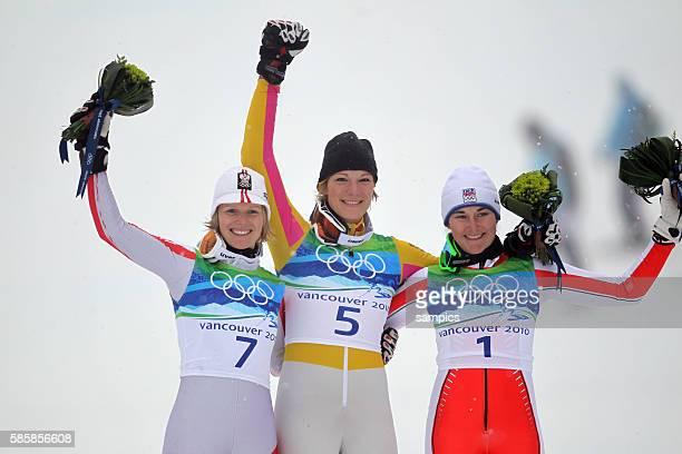 Olympiasiegerin Maria Riesch GER mit Marlies Schild und Sarka Zahrobska CZE Slalom der Frauen slalom women 26 2 2010 Olympische Winterspiele in...