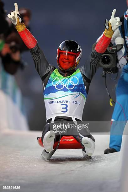 Olympic Champion Felix Loch jubelt im Ziel Rodeln der Männer luge men Olympische Winterspiele in Vancouver 2010 Kanada olympic winter games Vancouver...