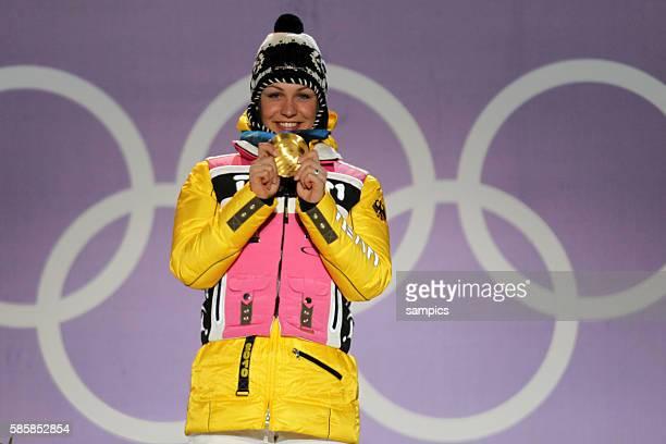Olympic Champion Magdalena Neuner GER bei der Siegerehrung mit Gold Goldmedaille Verfolgungsrennen der Frauen pursuit women 12 5 km Olympische...