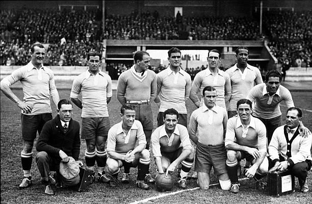الألعاب الأولمبية ، أمستردام ، كرة القدم ، فريق أوروجواي يقف ضمن مجموعة قبل أن يهزم الأرجنتين 2-1 في النهائي.