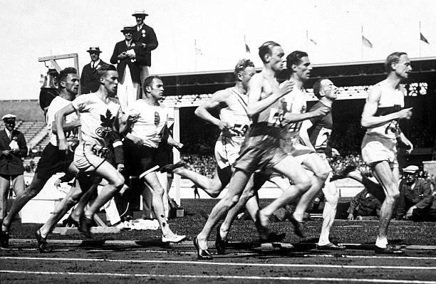 الألعاب الأولمبية ، أمستردام ، هولندا ، نصف نهائي 800 متر رجال ، يتصدر الألماني أوتو بيلتزر الميدان في نهاية اللفة الأولى