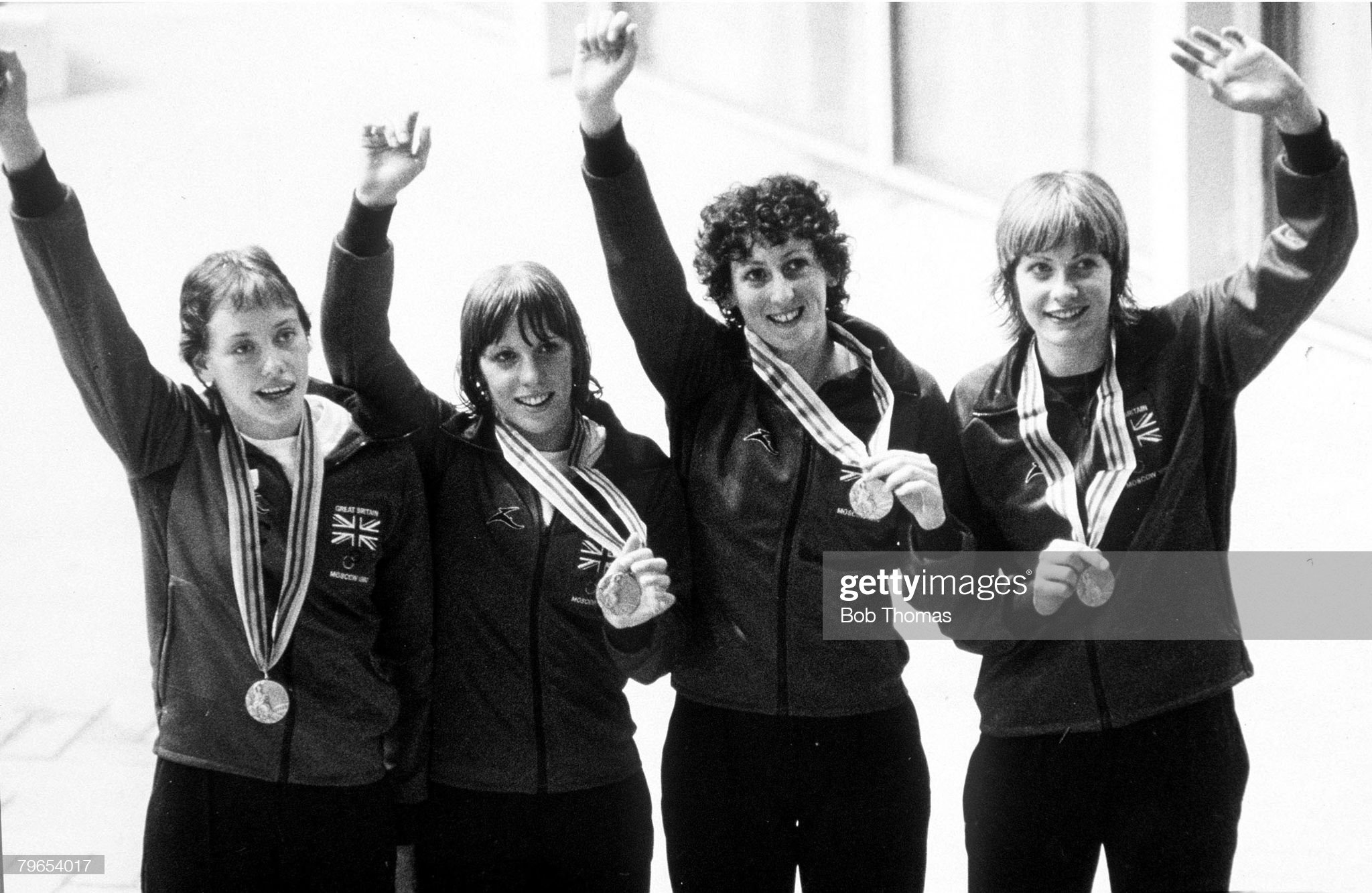 1980 Olympic Games, Moscow, USSR, Women's 4 x 100 Metres Medley, Great Britain gold medal winners L-R: June Croft, Ann Osgerby, Margaret Kelly and Helen Jameson wave as they stand on the podium : Fotografía de noticias