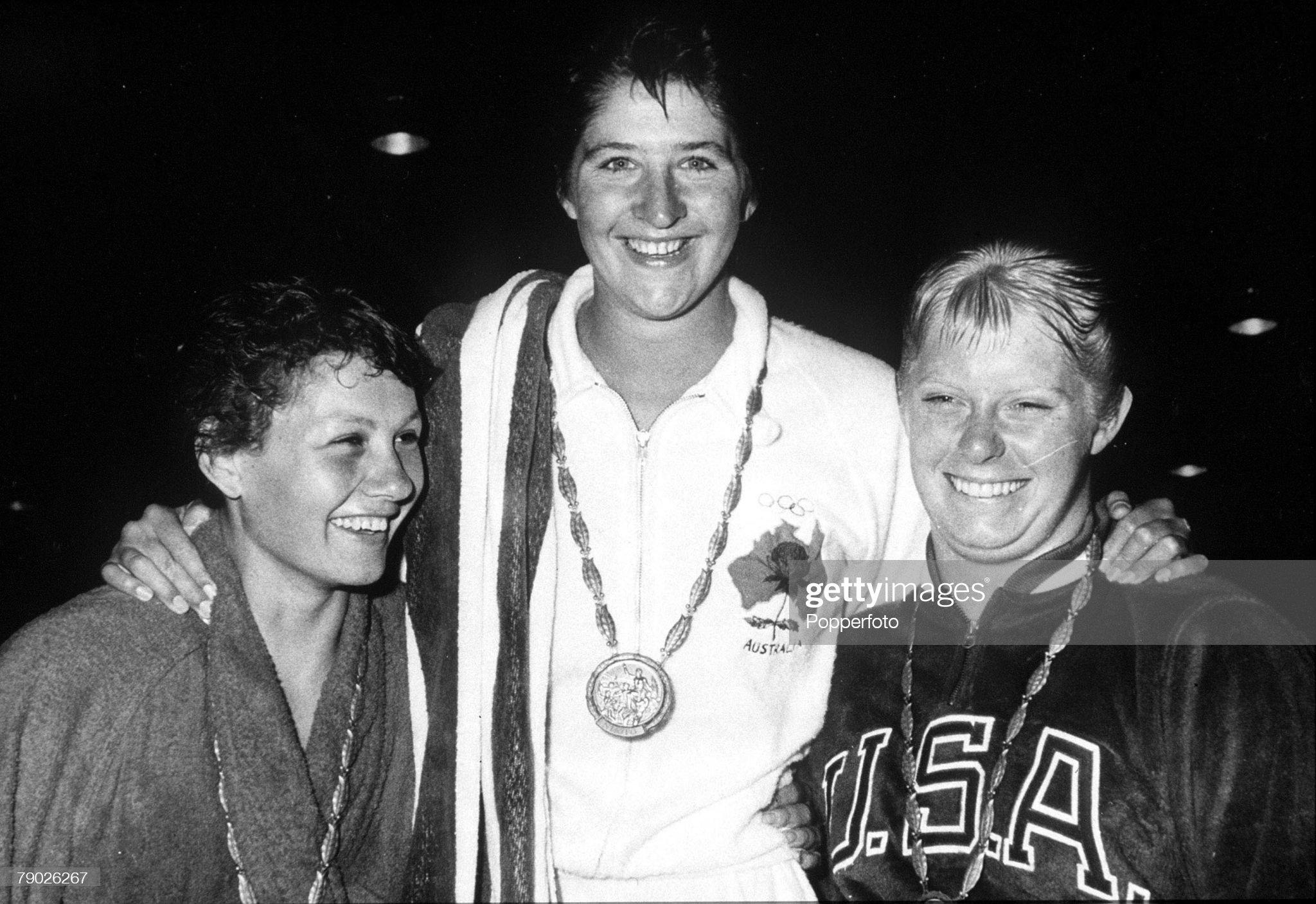 1960 Olympic Games. Rome, Italy. Swimming. Women's 100 Metres Freestyle. Australian gold medallist Dawn Fraser with USA' silver medallist Christine Von Saltza (R) and Great Britain's Natalie Steward who took bronze. : Fotografía de noticias