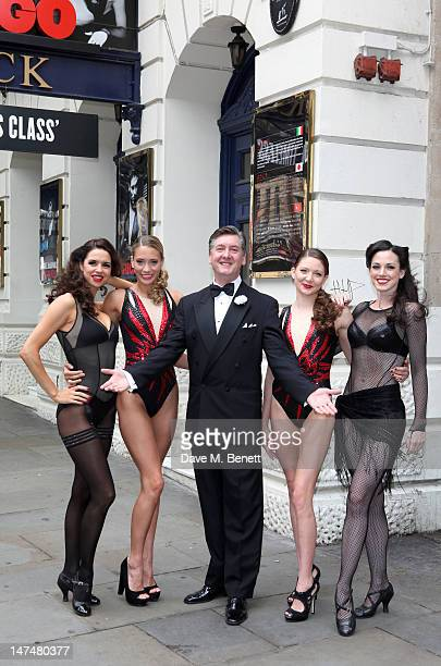 Olympic Gold Medallist Robin Cousins poses with Chicago cast members Djalenga Scott and Lauren Brooke and Jenna Randall and Olivia Federici of Team...
