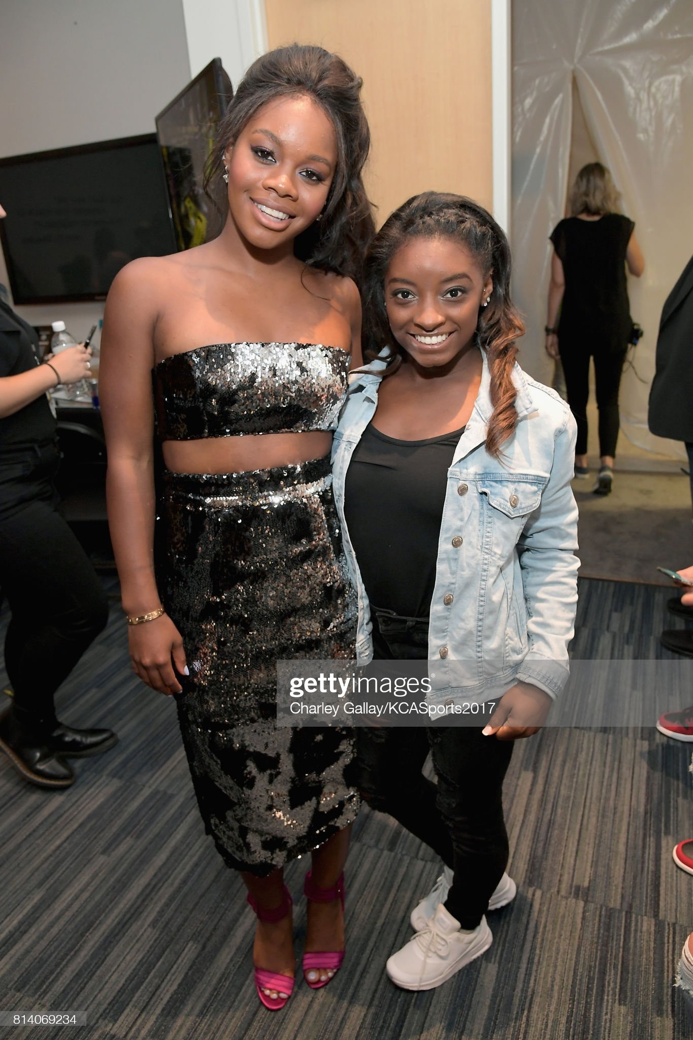 ¿Cuánto mide Gabby Douglas? - Real height Olympic-gymnasts-gabby-douglas-and-simone-biles-attend-nickelodeon-picture-id814069234?s=2048x2048