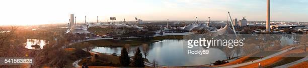 Estadio olímpico en Munich al anochecer en otoño