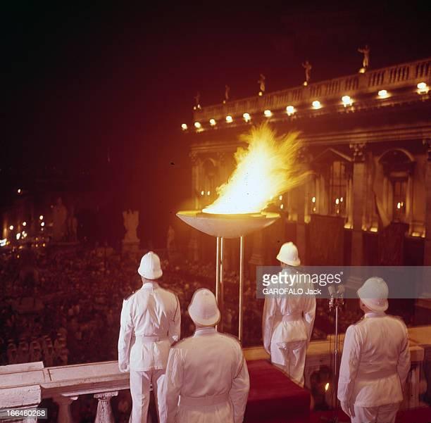 Olympic Torch In Rome In 1960 Rome 24 août 1960 La flamme olympique dans les rues de Rome prise de vue de dos de la vasque de la flamme olympique se...